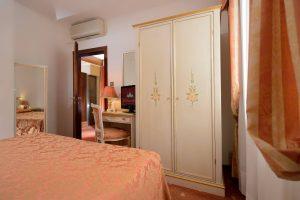hotel_ambassador_room_economy_gallery_02