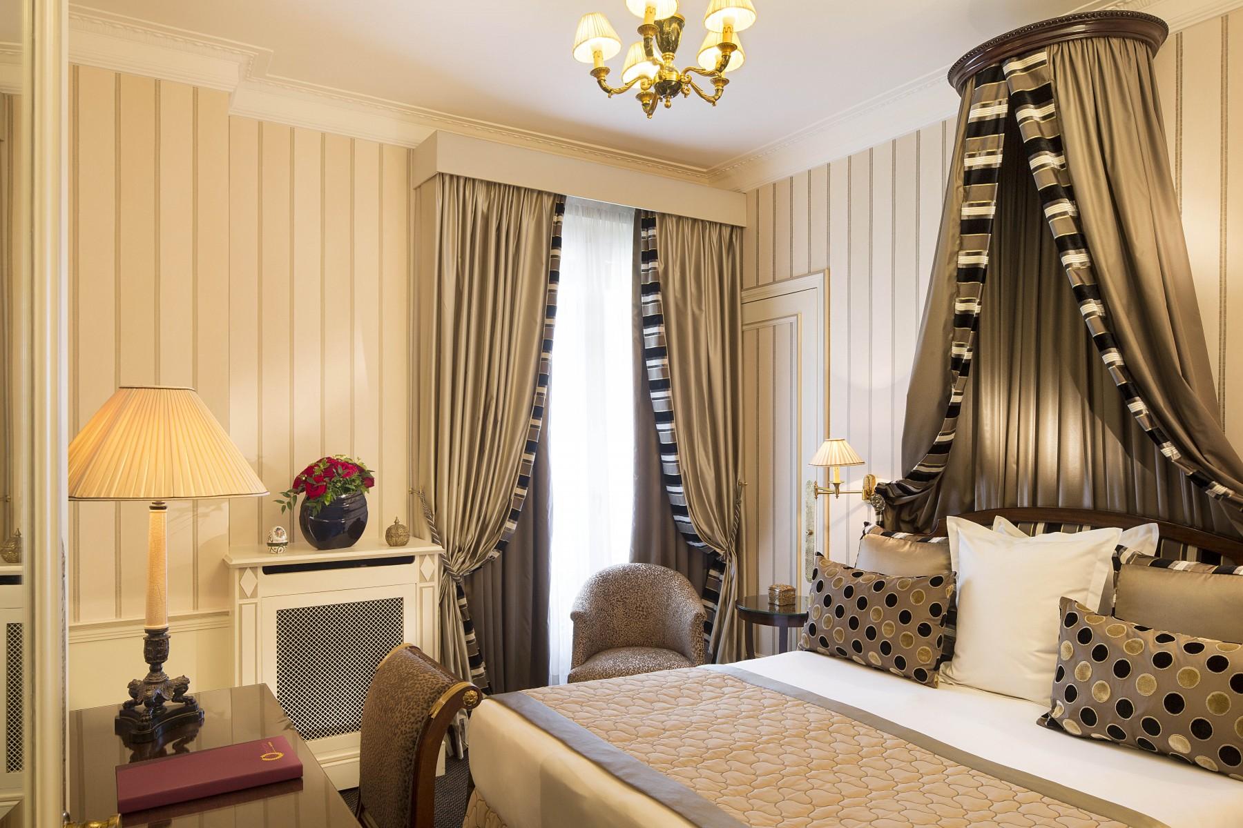 غرفة كلاسيكية بأجواء رومانسية مميزة
