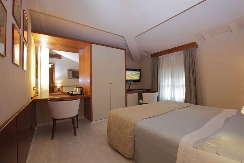 Camere camera matrimoniale piccola hotel lucca lu for Camere matrimoniali piccole