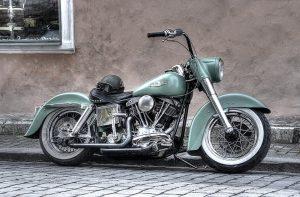 motocykl-na-ulicy-w-pradze
