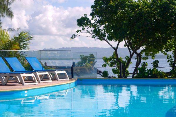 Piscine et détente au Carayou Hôtel & SPA - Votre hôtel aux Trois Îlets