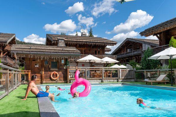 Détente en famille à la piscine extérieure chauffée au cœur du hameau des Loges Blanches hôtel **** à Megève
