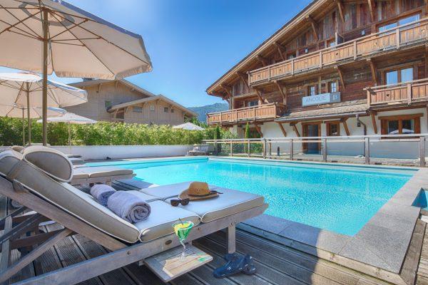 Détente et farniente autour de la piscine extérieure des Loges Blanches hôtel **** à Megève