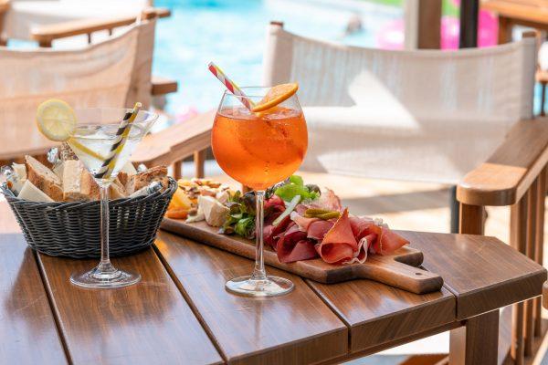 Planche de charcuterie et cocktail au Bar des Cochers des Loges Blanches hôtel 4* à Megève