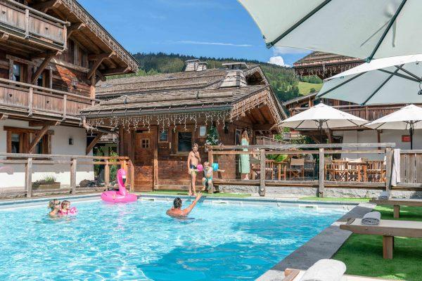Piscine et amusement au milieu du hameau des Loges Blanches hôtel 4* à Megève