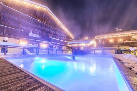 La piscine extérieure chauffée des Loges Blanches hôtel ****