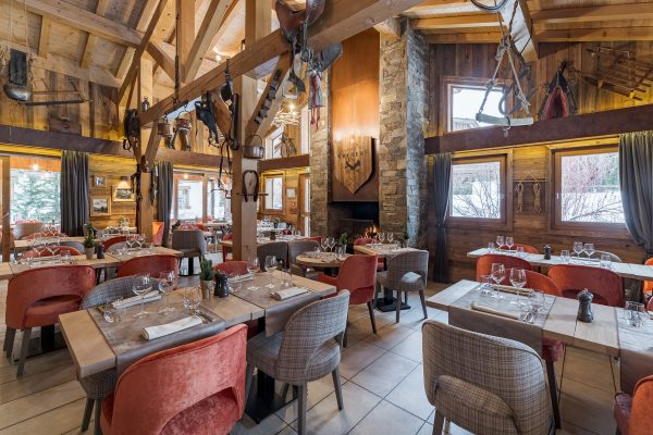 Salle principale du restaurant La Table des Cochers hôtel Les Loges Blanches à Megève