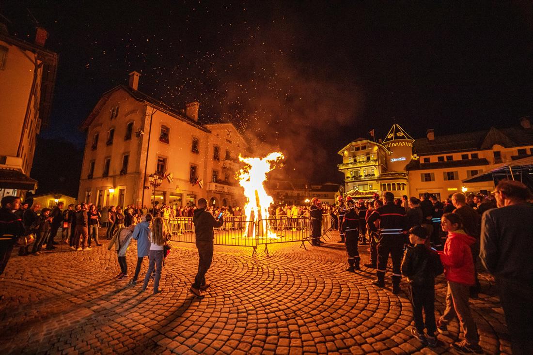 Le feu de la St Jean sur la place de Megève
