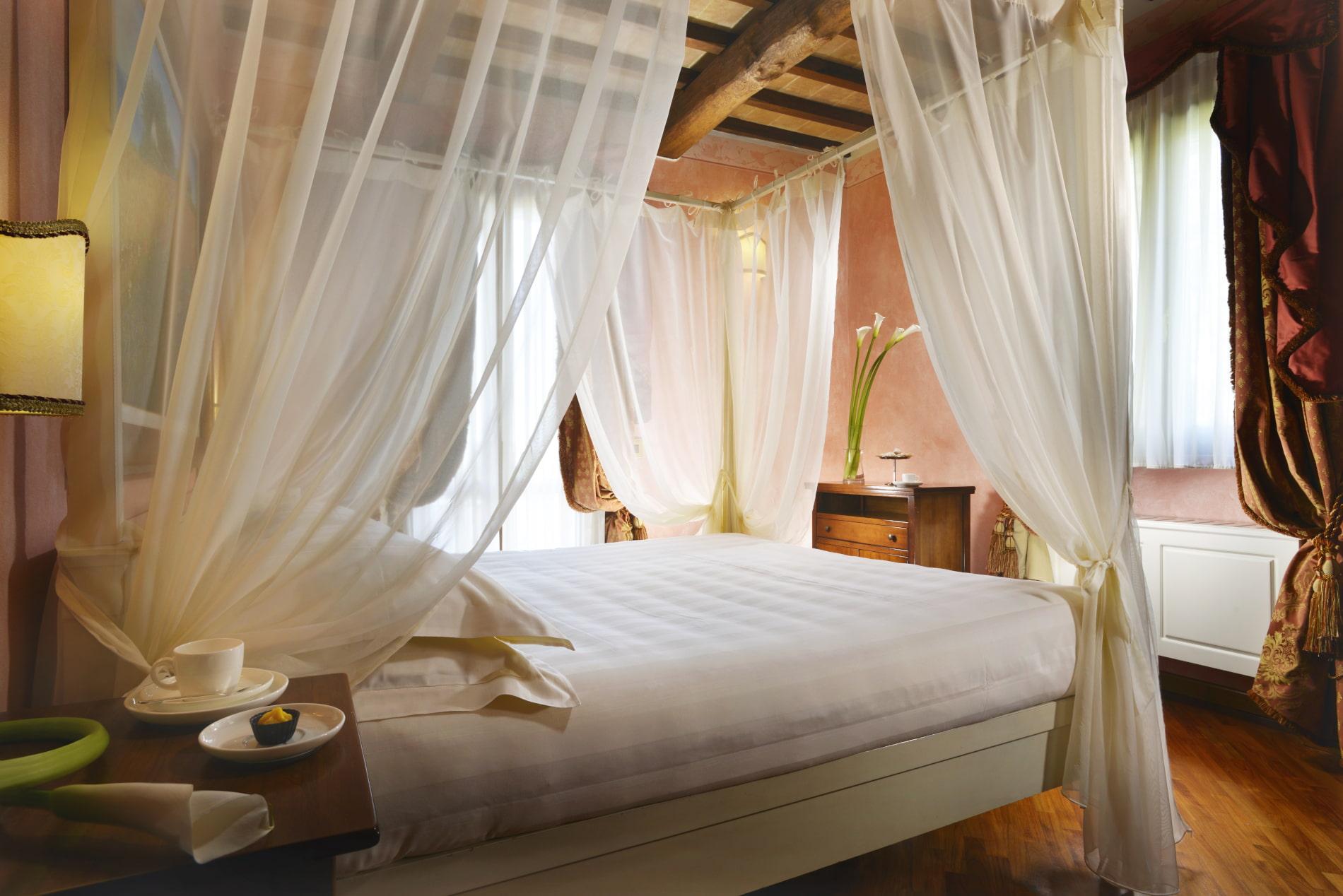 Camere Con Letto A Baldacchino.Camere Suite Umbria Suite Hotel Perugia Borgobrufa Spa Resort