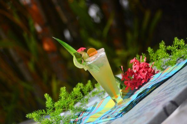 Touloulou Bar les pieds dans l'eau au Gosier - Hotel Fleur d'épée - Guadeloupe - Hotel Fleur d'épée