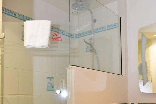 Salle de bain  Hôtel le Fleur d'Epée - chambres double