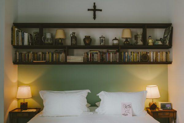 Chambre moyenne king bed avec douche