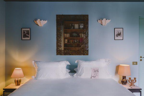Grande chambre bleue PMR king bed et double douche de marbre rose