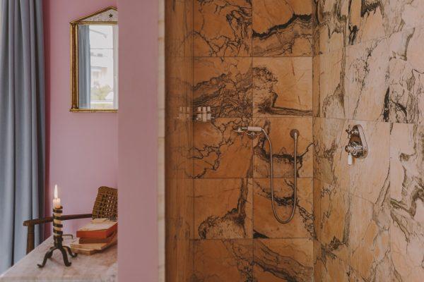 douche à l'italienne marbre rose venu du Portugal