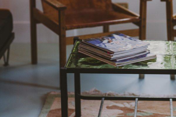 détail chambre grande fauteuil cuir chiné vintage dalle verre