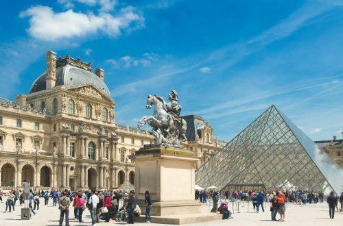 cour pyramide musée du Louvre