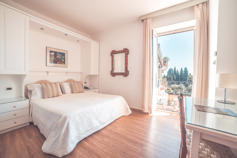 chambres chambre avec vue sur le jardin hotel taormina hotel villa paradiso sicile taormina. Black Bedroom Furniture Sets. Home Design Ideas